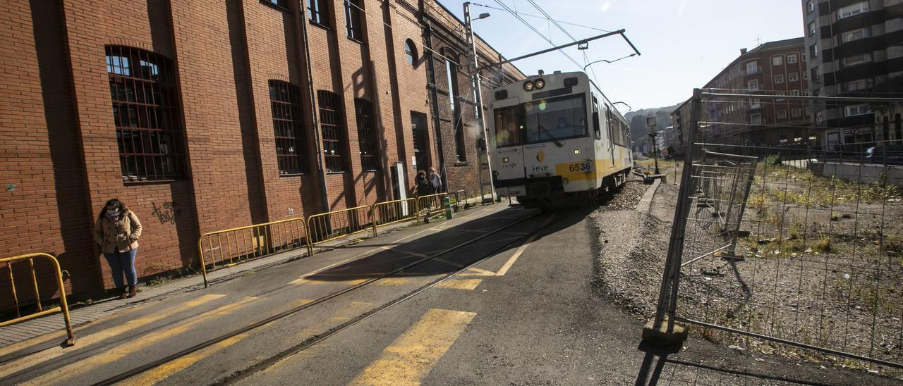 El tren circula por las proximidades de Valnalón