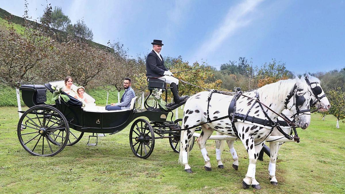Los novios, Janet y Jonatan, con su hija, Ainara, en el carruaje el  día de la boda.   | // JESÚS FOTÓGRAFO (D.P.)