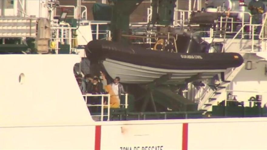 Rescatados más de 40 migrantes de una patera a la deriva en Tenerife