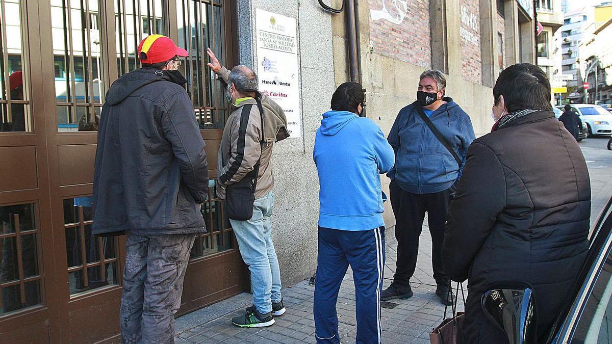 Usuarios en uno de los turnos de entrada al comedor social de Cáritas. |   // IÑAKI OSORIO