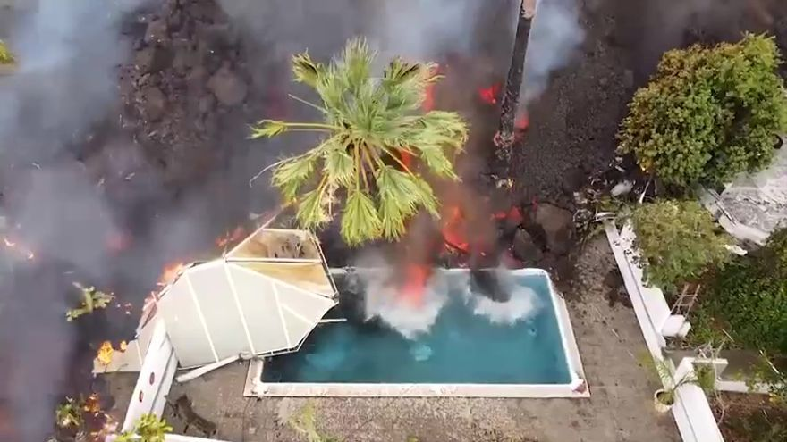 Un muro de lava 'inunda' una piscina y un estanque en La Palma