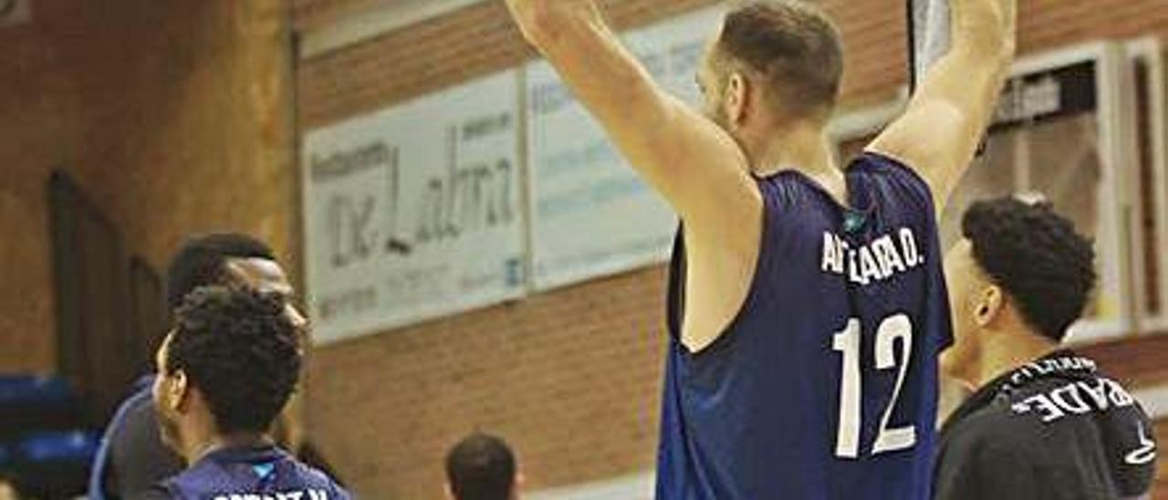 Los jugadores del Oviedo Baloncesto celebran una victoria. |