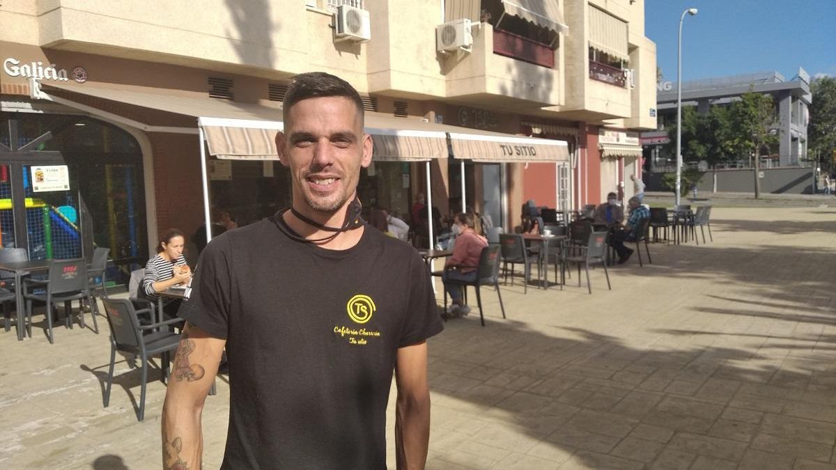 Daniel España, ayer, en la terraza de su bar cafetería.