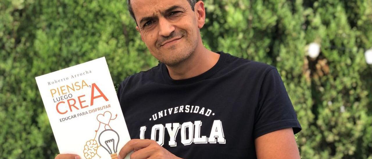 El docente y periodista Roberto Arrocha con su último libro.