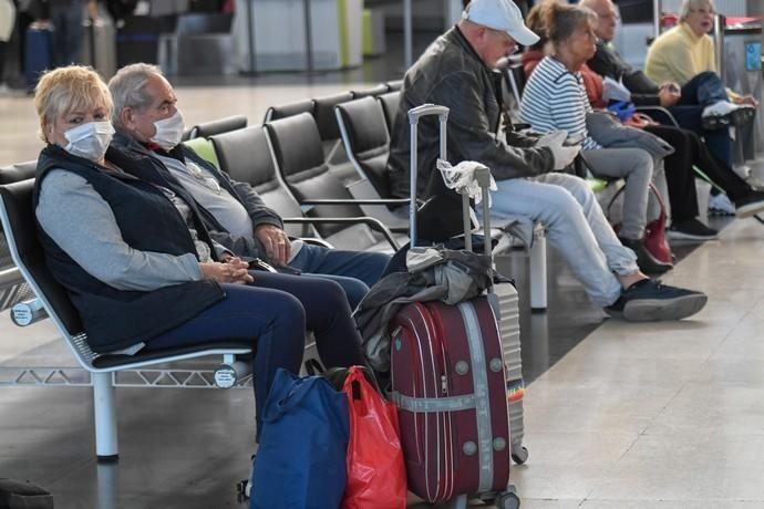 26-03-20  GRAN CANARIA. AEROPUERTO DE GRAN CANARIA. INGENIO TELDE. . Efecto del Covid-19 en el Aeropuerto de Gran Canaria, plataforma de aparcamiento de aviones vacía, últimos turistas y últimos en llegar.  Fotos: Juan Castro.