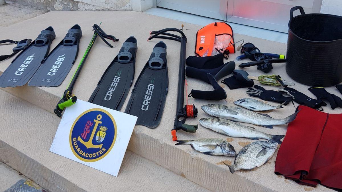 Las capturas decomisadas y que se han entregado al comedor social y los equipos de buceo también requisados