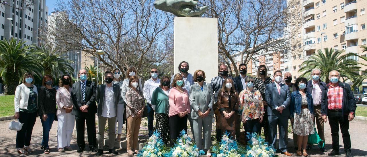 Foto de familia de los asistentes al acto ante el monumento a la Enfermería