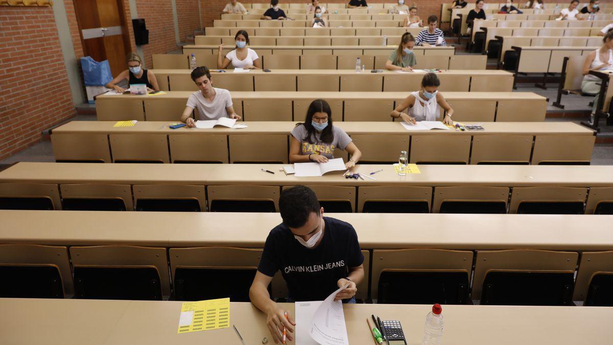 Alumnos en un aula durante la selectividad del año pasado.