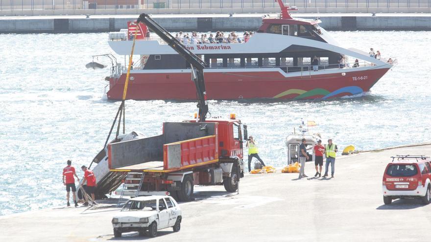 Reflotan en Alicante los cuatro coches que se sumergieron en el agua para hacer unas prácticas y que el Seprona investiga si estaban descontaminados