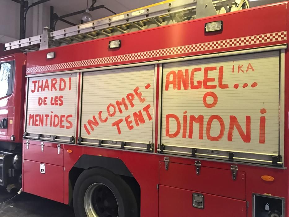 Pintadas en los camiones de bomberos de Palma