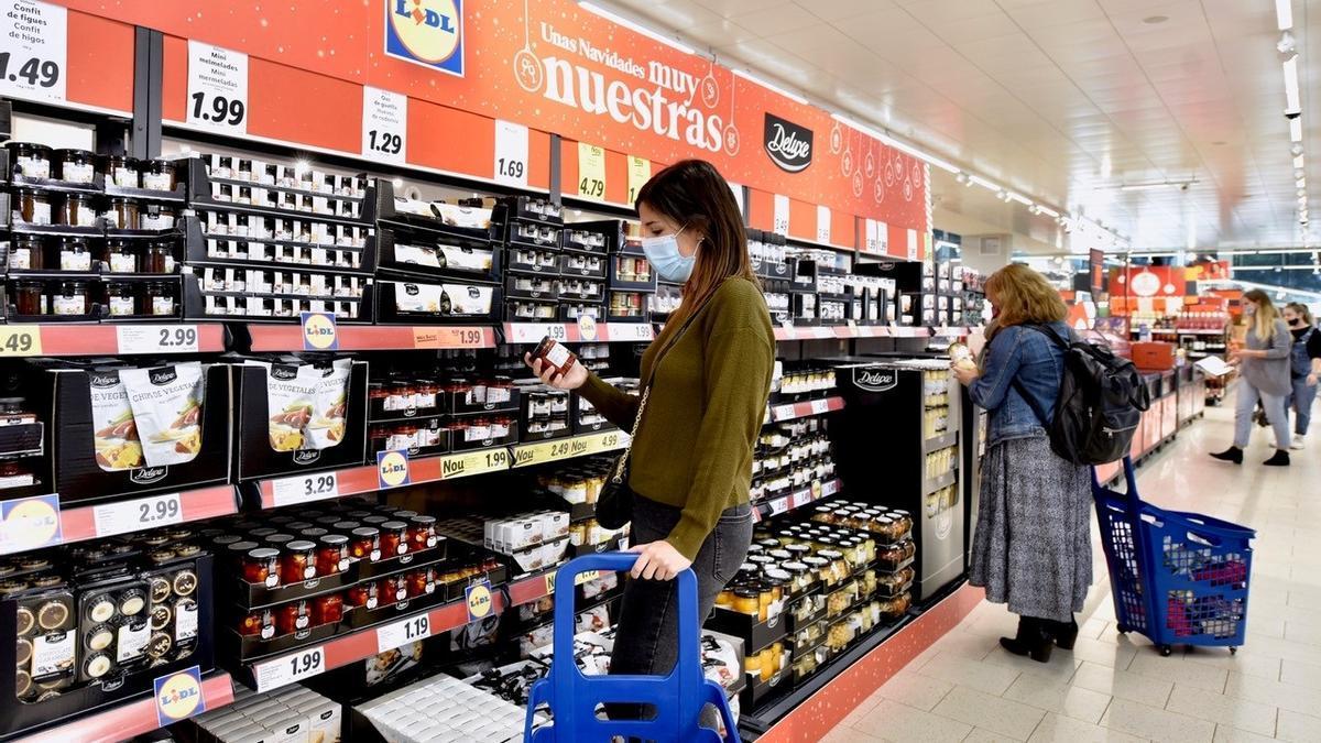 Economía.- El 44% de los españoles quiere ahorrar en la compra, pero  adquirirá más alimentos locales y saludables