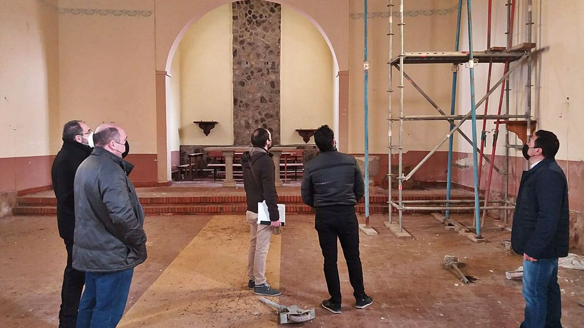 Replanteo de las obras, ayer en el interior de la iglesia de Sarracín. | Chany Sebastián