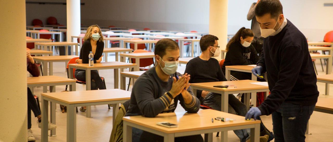 Alumnos durante un examen en el campus de Mieres