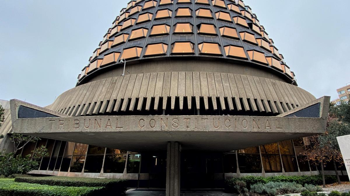 Fachada y entrada al edificio del Tribunal Constitucional.