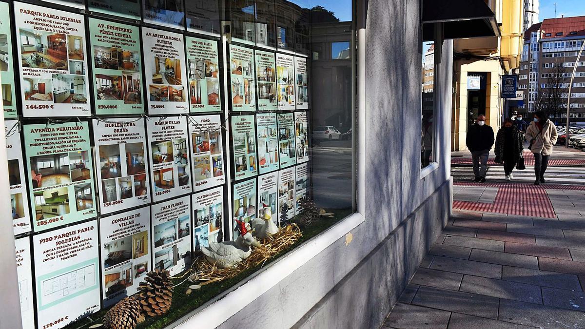 Carteles de viviendas en venta o alquiler, en una inmobiliaria.   | // VÍCTOR ECHAVE