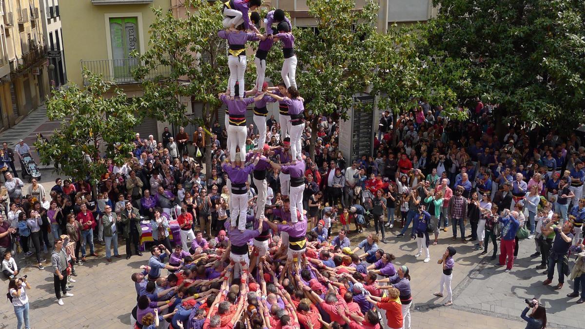 Una actuació castellera a la plaça de l'Ajuntament de Figueres.