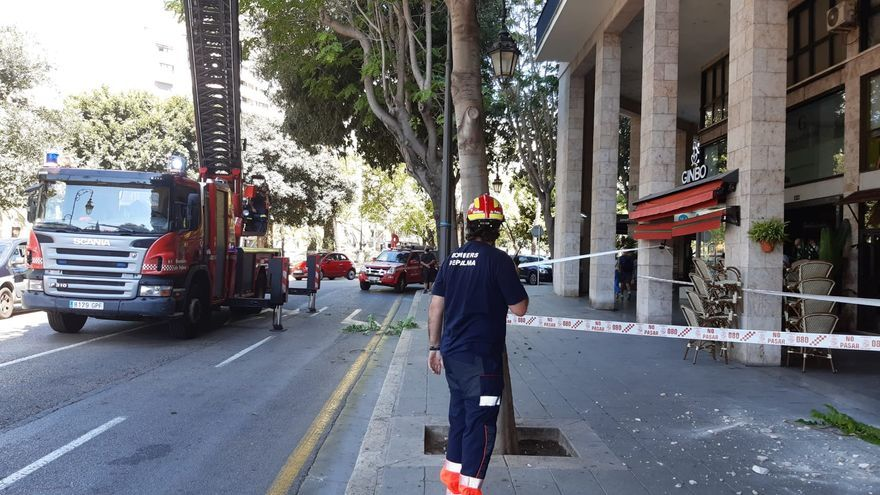 Alarma por la caída de cascotes en un edificio del Passeig Mallorca