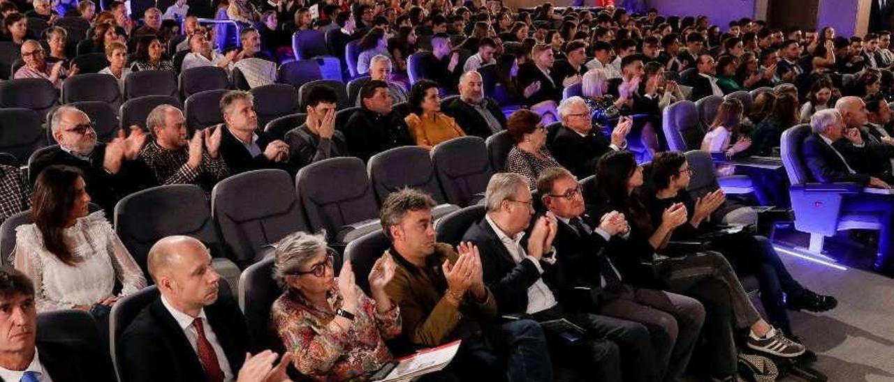 El presidente del Club Natación Santa Olaya, Secundino González; la alcaldesa de Gijón, Ana González y el concejal de deportes de la ciudad, José Ramón Tuero, ayer, durante la Gala de la Natación del Santa Olaya