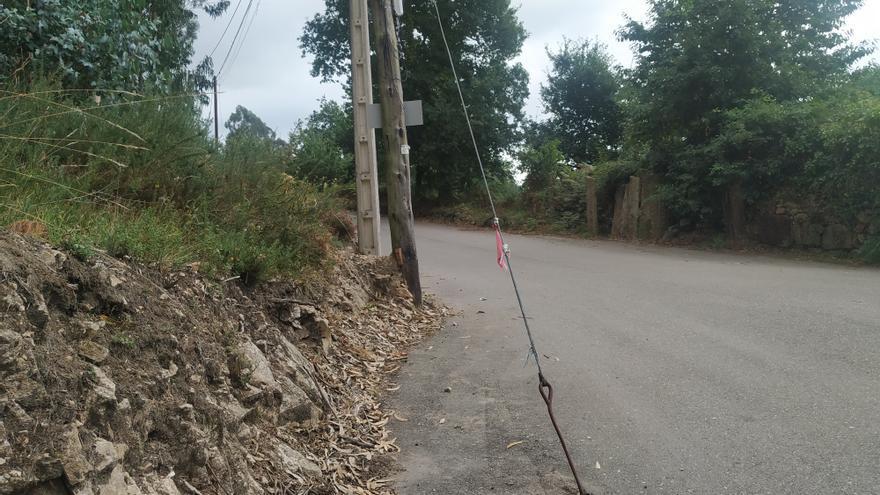 Alertan de la presencia de un peligroso cable a la salida de una curva en Padrenda