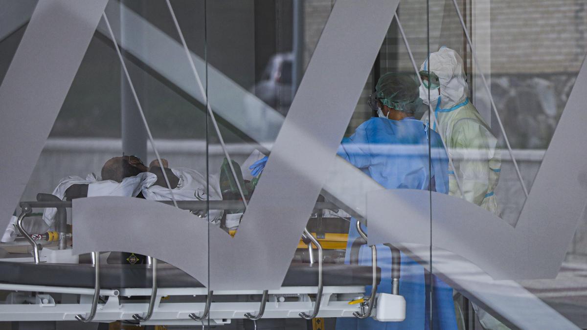Sanitarios con traje EPI durante el ingreso de un paciente covid-19 al nuevo Hospital de Emergencia Covid-19