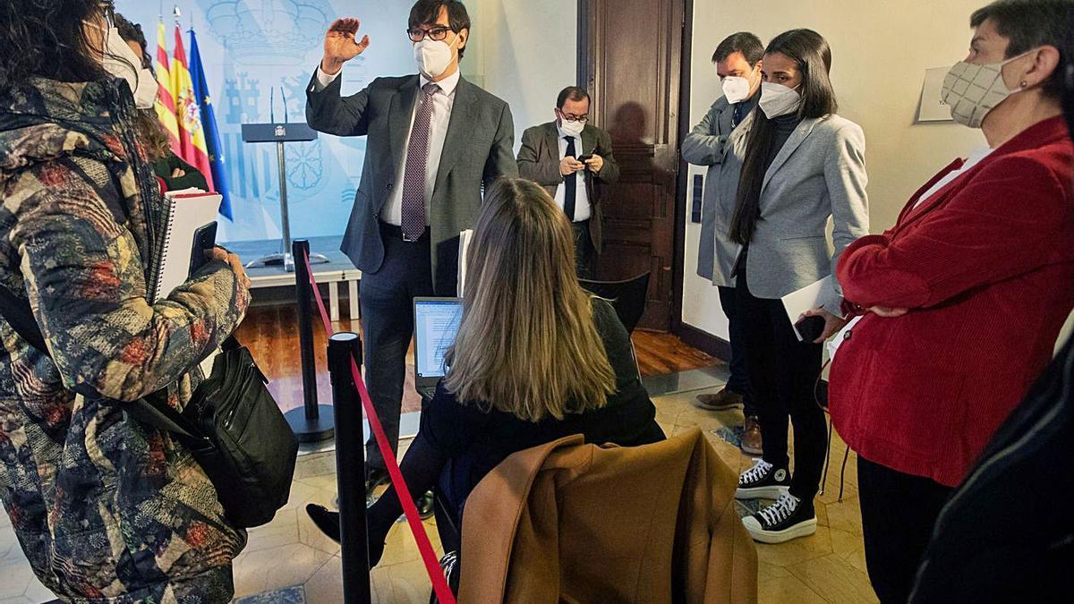 Illa compareció ayer en Barcelona para hacer seguimiento de la pandemia. En la foto, conversa con periodistas antes del acto. |   // EFE/ MARTA PÉREZ