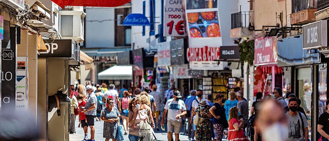Una de las principales calles de Benidorm, que abrió su comercio casi al 100% el festivo. |