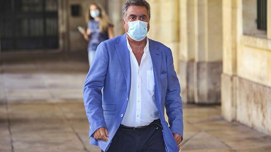 El empresario Enrique Ortiz a su llegada a la Audiencia uno de los días de juicio. | MANUEL R. SALA
