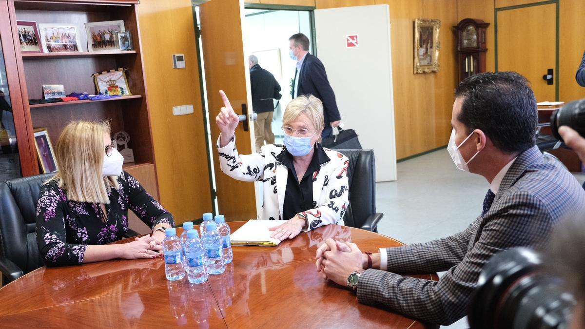 La consellera de Sanidad en la reunión con los alcaldes de Elda y Petrer.