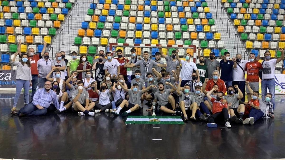 El Cajasur juvenil de balonmano celebra su pase a la fase final del Campeonato de España.
