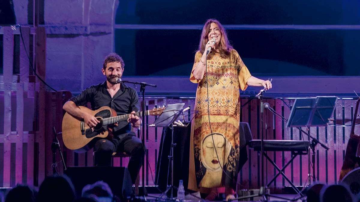 Maria del Mar Bonet actuó el sábado junto con el guitarrista Borja Penalba en la terraza de Es Claustre de Maó