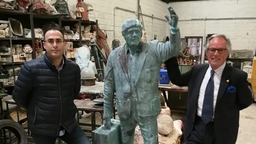 La escultura para homenajear al emigrante, casi terminada, anuncia el alcalde de Ribadedeva