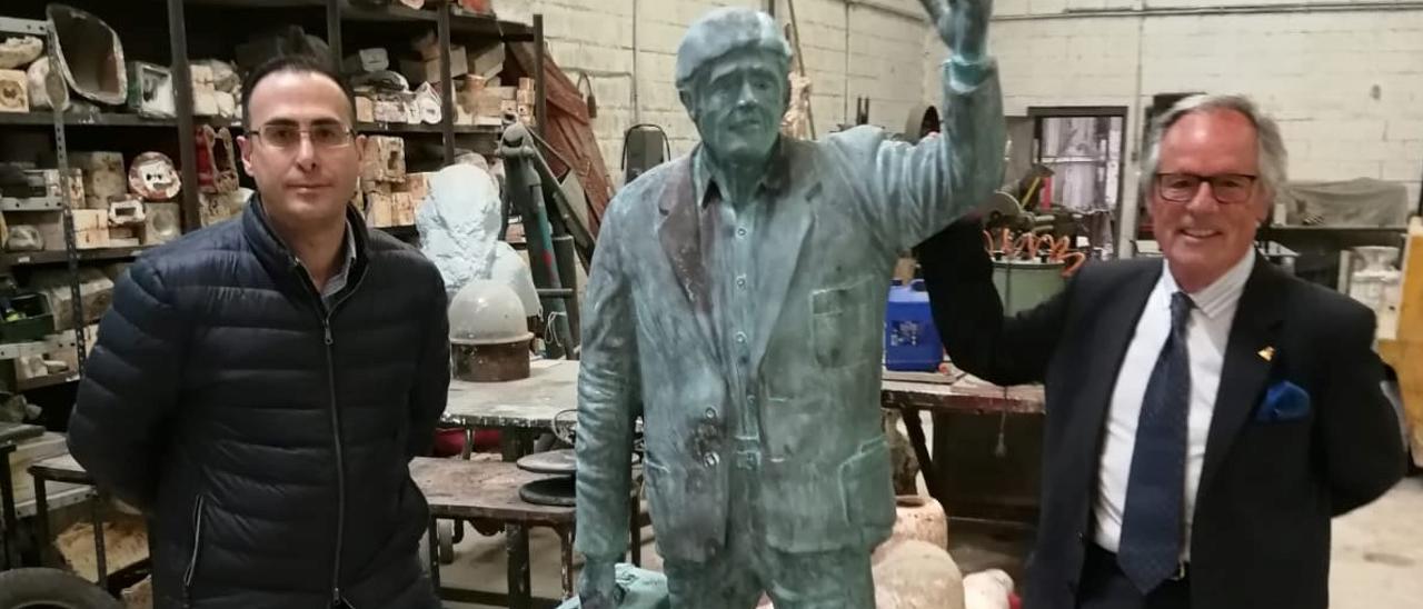 El alcalde (a la izquierda), junto a la escultura y a su autor Ramón Alzola.