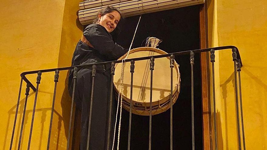 Mula celebra desde sus balcones la tamborada a pesar de la covid | M.F.