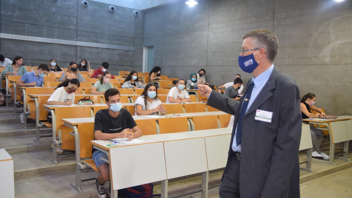 Archivo - Un profesor supervisa las pruebas de la EBAU en la Universidad Politécnica de Cartagena (UPCT)