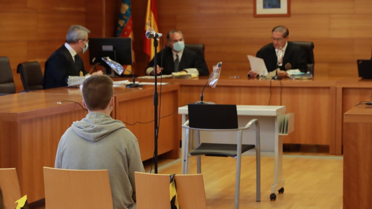 Imagen del procesado, sentado ayer frente al tribunal de la Sección Primera de la Audiencia.