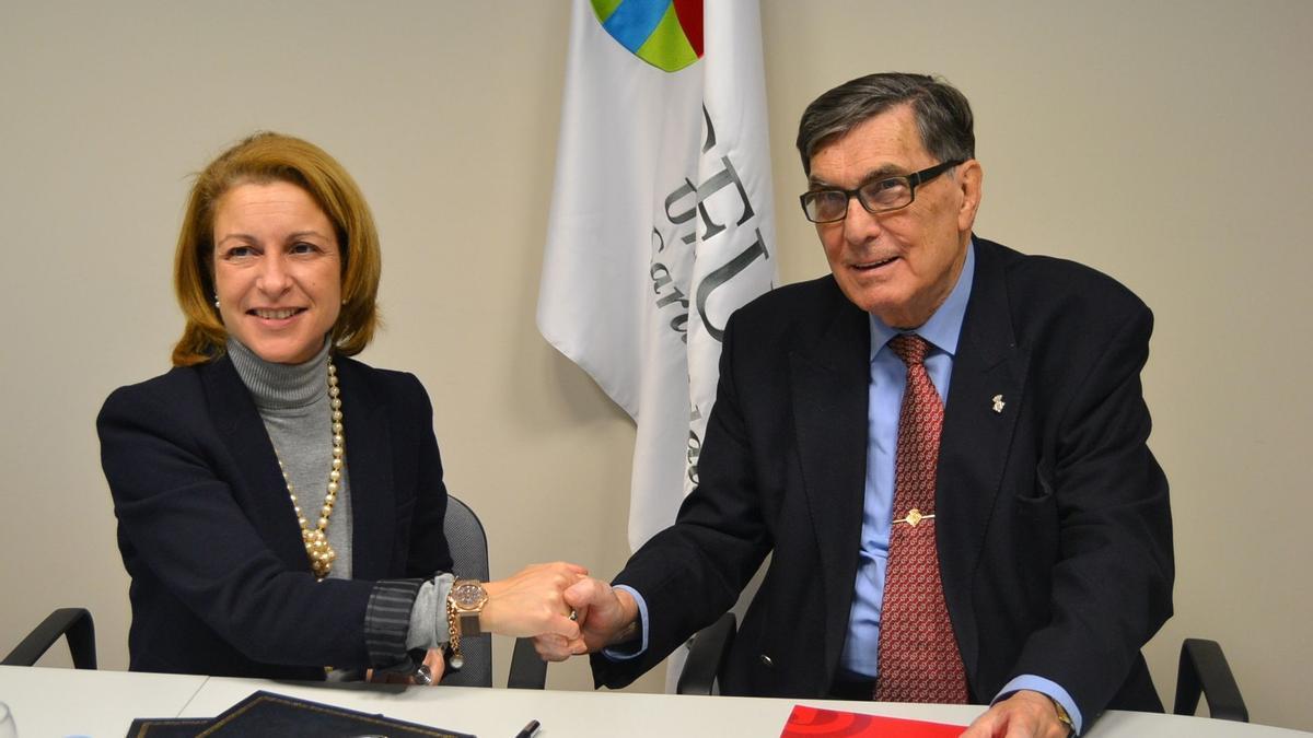 A la derecha, el que fuera presidente de la Cámara de Comercio de Castellón, Salvador Martí Huguet, con Rosa Visiedo Claverol, actual rectora de la Universidad CEU San Pablo,  en la firma de un convenio en febrero del 2013 con la Cardenal Herrera CEU.