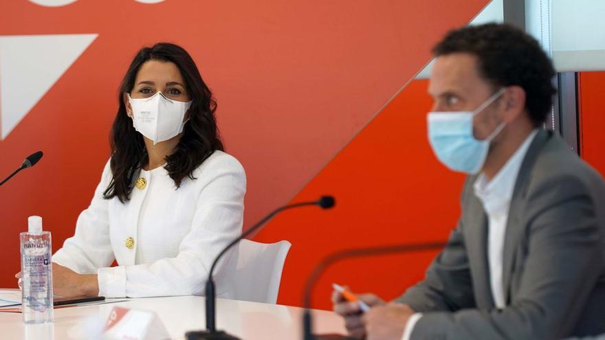 """Arrimadas descarta dimitir y propone relanzar el """"centro liberal"""""""