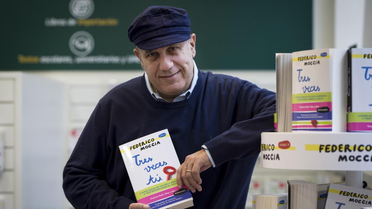 Federico Moccia posa con uno de sus libros para adolescentes