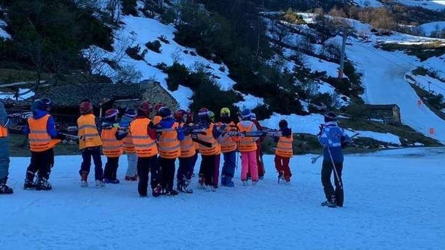 """Empieza la """"semana blanca"""" en Asturias, con ochenta escolares en Fuentes"""