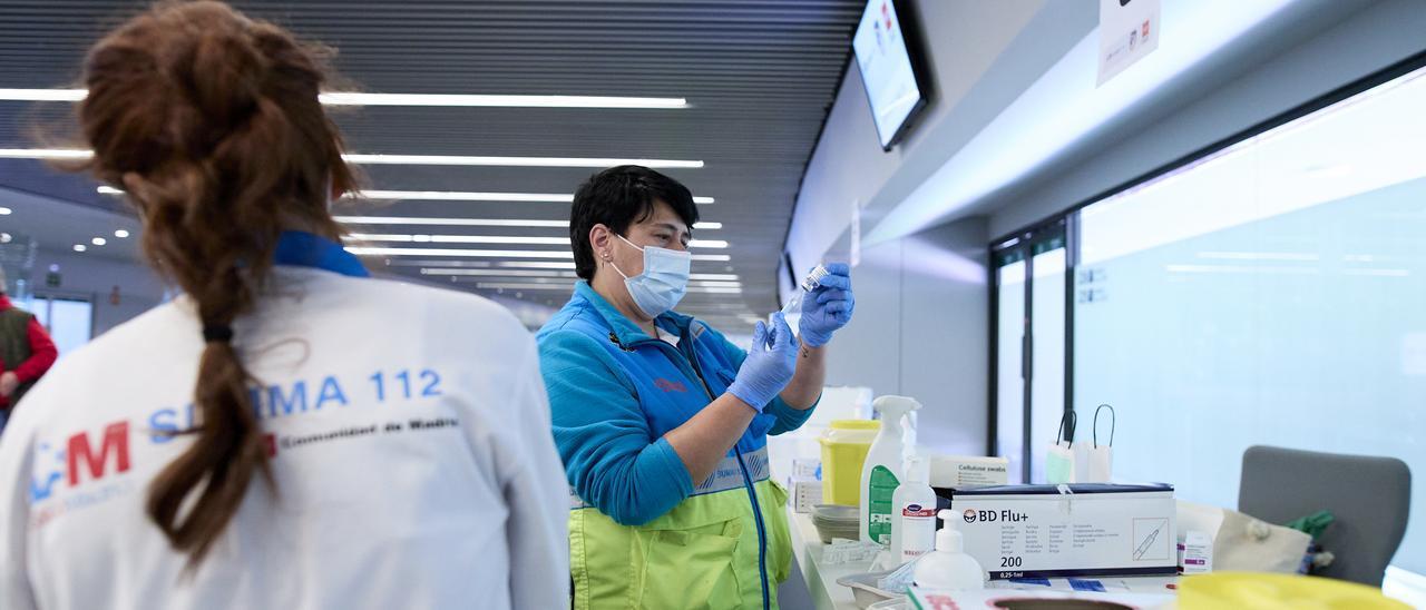 Una enfermera prepara una vacuna del coronavirus.