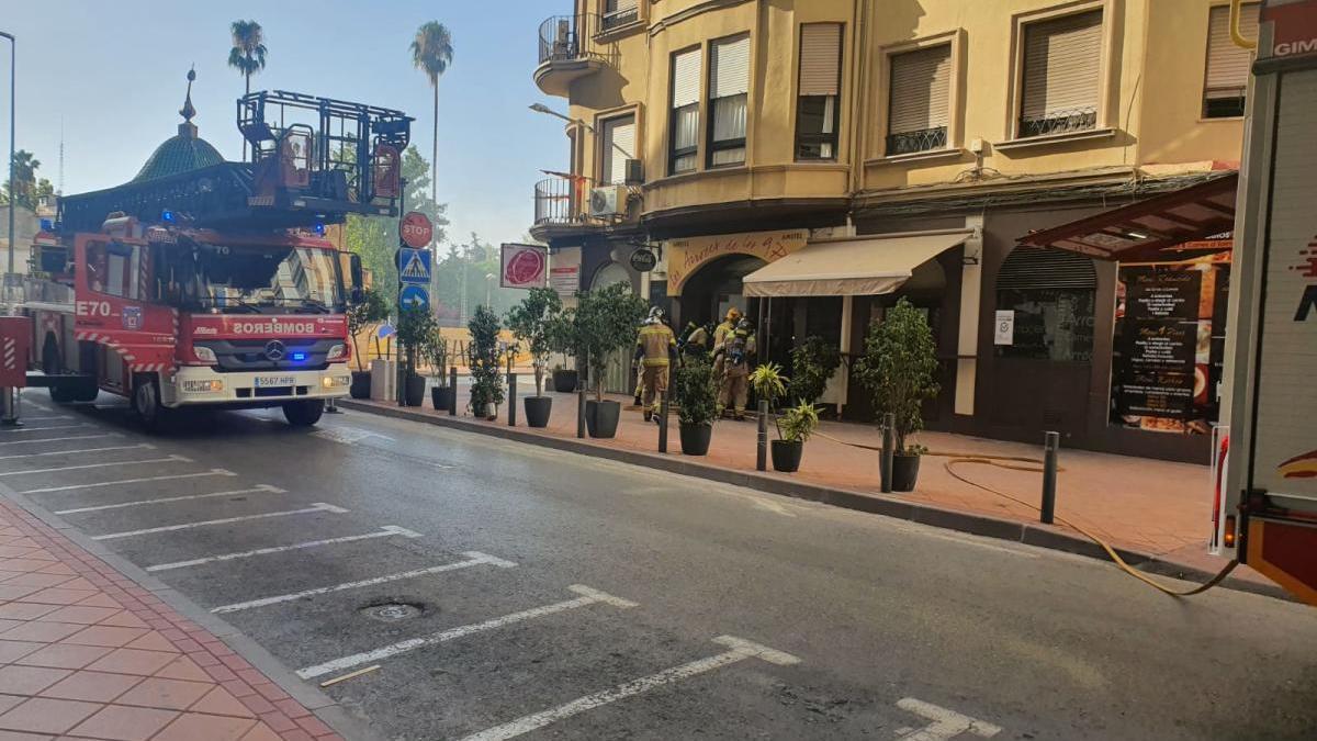 Susto al arder un mueble de la cocina de un restaurante del centro de Murcia