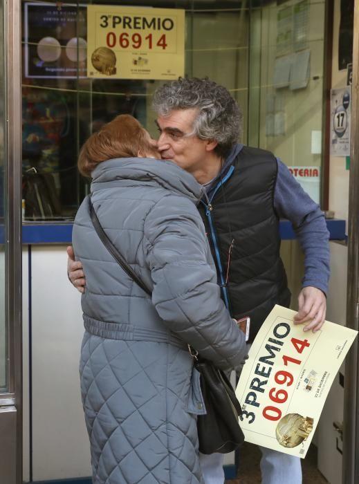 Los dueños de la administración de lotería situada en la calle Alcalá, 323 de Madrid celebran haber vendido 200 décimos del tercer premio de la Lotería de Navidad, que ha recaído en el número 06914, con lo que han repartido en total 10 millones de euros. EFE