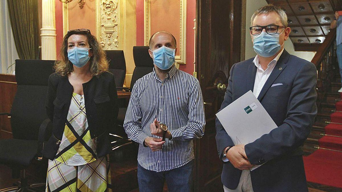 María Teresa Rodríguez, Gonzalo Pérez Jácome y Jesús Manuel García, tras firmar el convenio.
