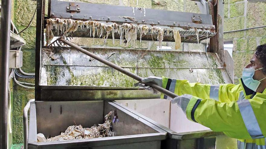 Más de 850 kilos de toallitas taponan cada día las entrañas de la ciudad