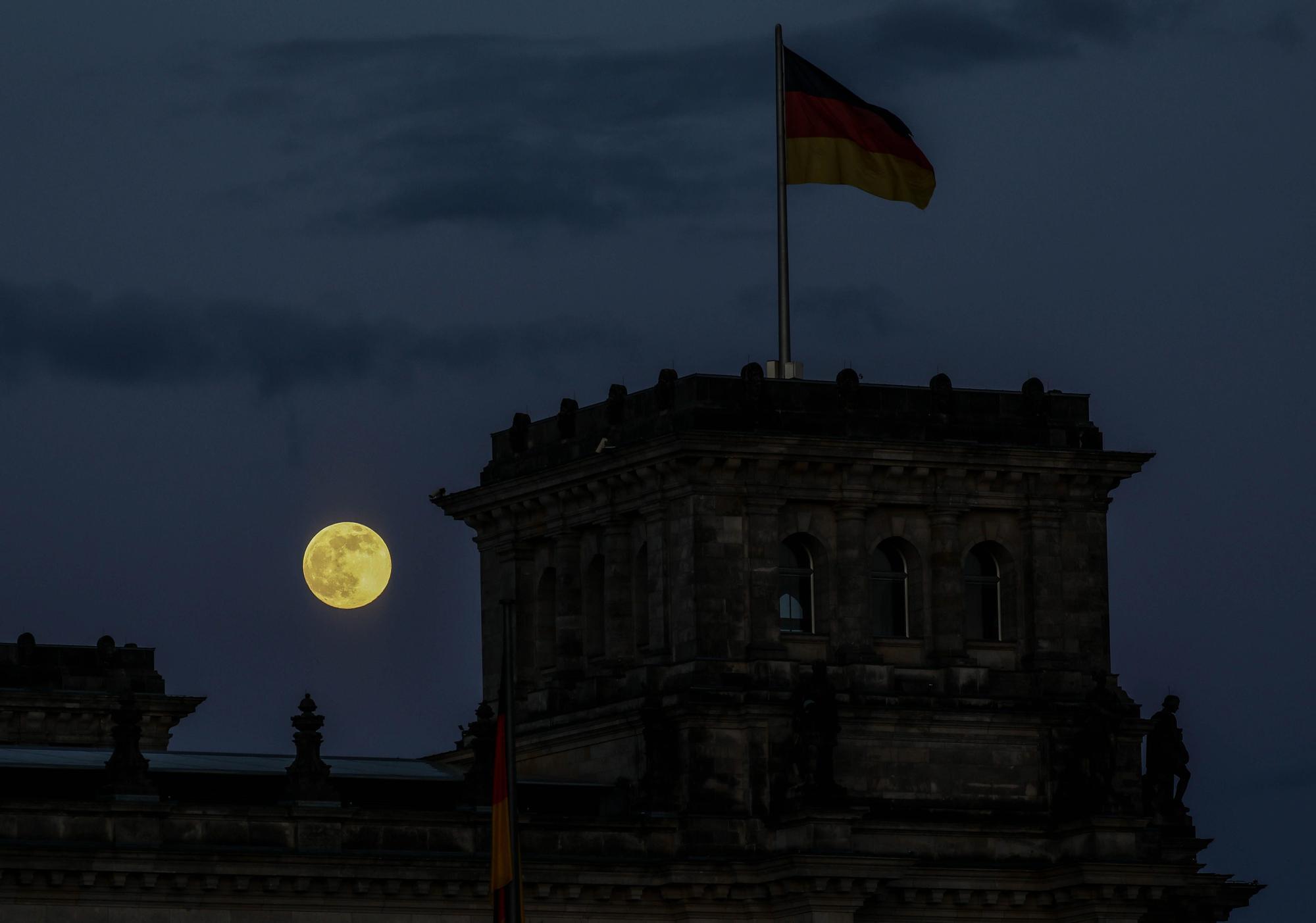 Super full moon seen (109391238).jpg