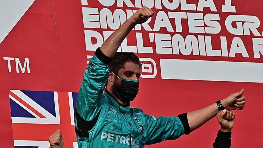 Hamilton descorcha el champán para Mercedes