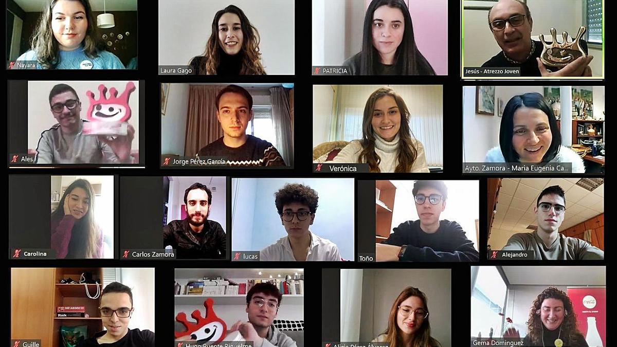 Los miembros y el director del grupo de teatro zamorano, durante la entrega virtual. | Cedida