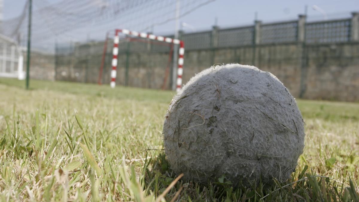 Una pelota en un campo de fútbol.