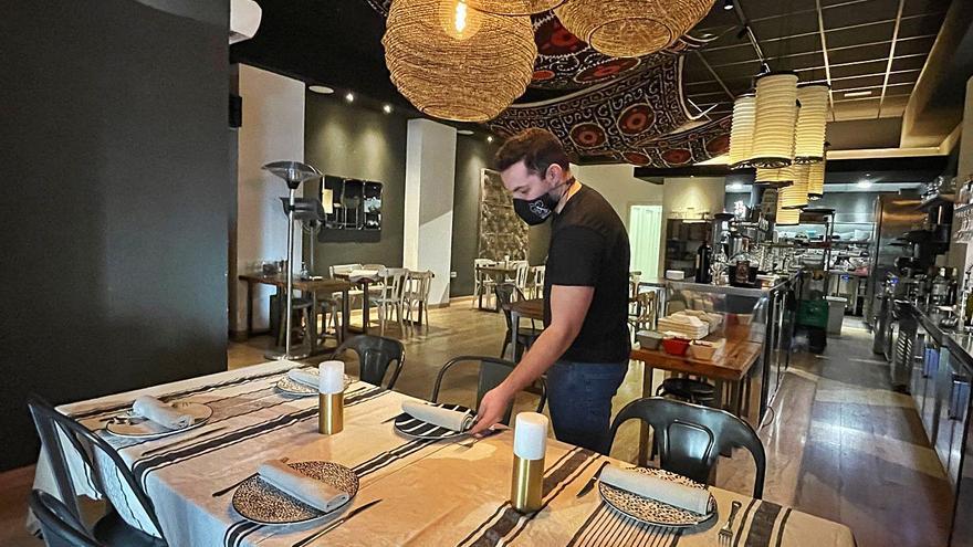 La hostelería de Alicante recibe con alivio la apertura de un 30% de las mesas en el interior de bares y restaurantes