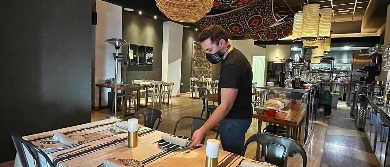 Un hostelero prepara el interior de su restaurante, que podrá recibir clientes desde el lunes.  |